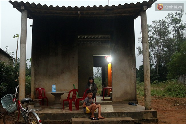 Bé trai 9 tuổi một mình sống giữa mộ bia ở Quảng Trị hơn 700 đêm và niềm vui ngày mẹ trở về - Ảnh 1.