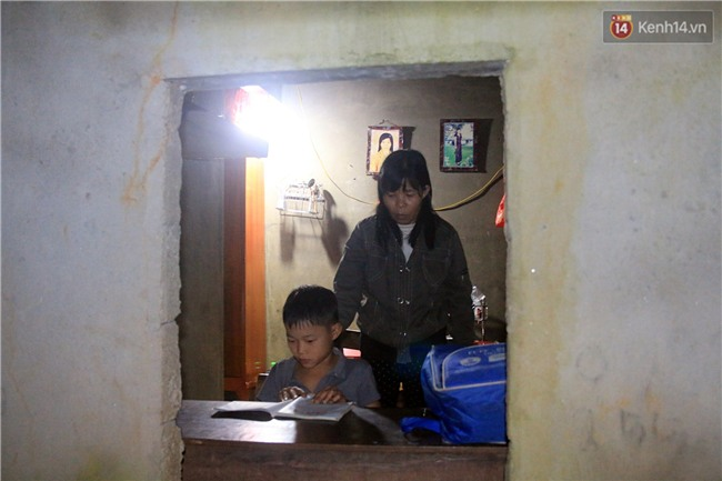 Bé trai 9 tuổi một mình sống giữa mộ bia ở Quảng Trị hơn 700 đêm và niềm vui ngày mẹ trở về - Ảnh 10.