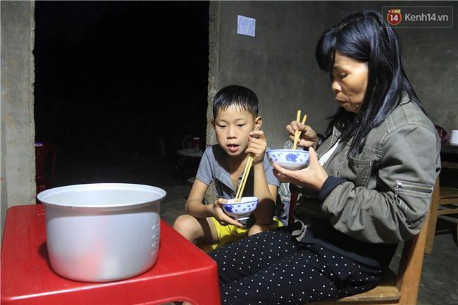 Bé trai 9 tuổi một mình sống giữa mộ bia ở Quảng Trị hơn 700 đêm và niềm vui ngày mẹ trở về - Ảnh 3.