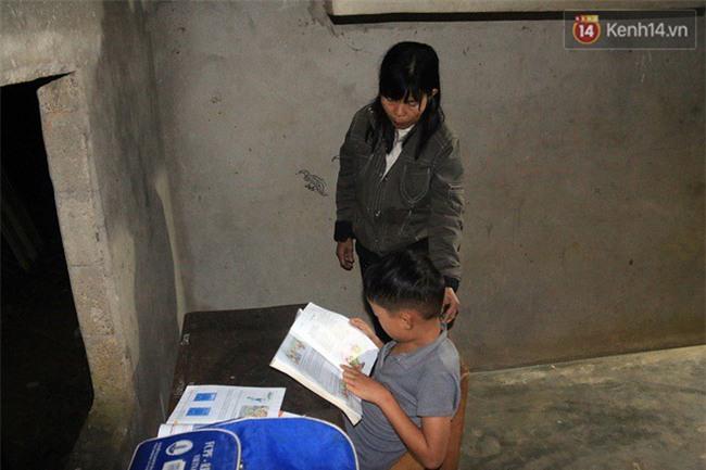 Bé trai 9 tuổi một mình sống giữa mộ bia ở Quảng Trị hơn 700 đêm và niềm vui ngày mẹ trở về - Ảnh 4.