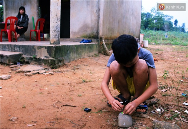 Bé trai 9 tuổi một mình sống giữa mộ bia ở Quảng Trị hơn 700 đêm và niềm vui ngày mẹ trở về - Ảnh 5.