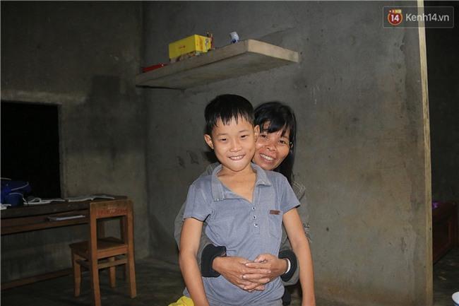 Bé trai 9 tuổi một mình sống giữa mộ bia ở Quảng Trị hơn 700 đêm và niềm vui ngày mẹ trở về - Ảnh 6.
