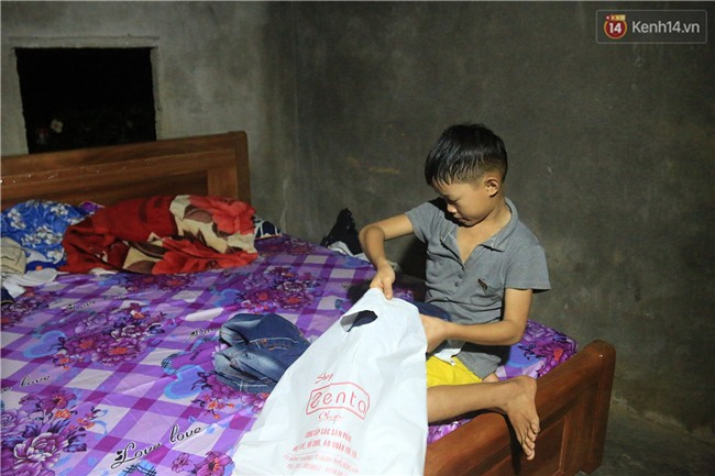 Bé trai 9 tuổi một mình sống giữa mộ bia ở Quảng Trị hơn 700 đêm và niềm vui ngày mẹ trở về - Ảnh 8.