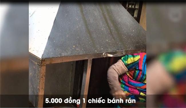 Clip: Nhập vai du khách nước ngoài đi mua bánh rán trên phố cổ Hà Nội, tìm hiểu thực hư luật bán hàng cho Tây