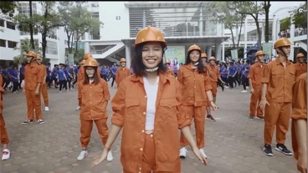 Nhảy flashmob là phải 'chất' như sinh viên Đại học Xây dựng trong clip này - Ảnh 2.