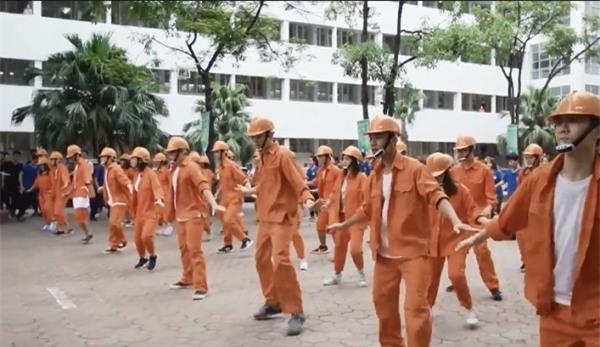 Nhảy flashmob là phải 'chất' như sinh viên Đại học Xây dựng trong clip này - Ảnh 3.