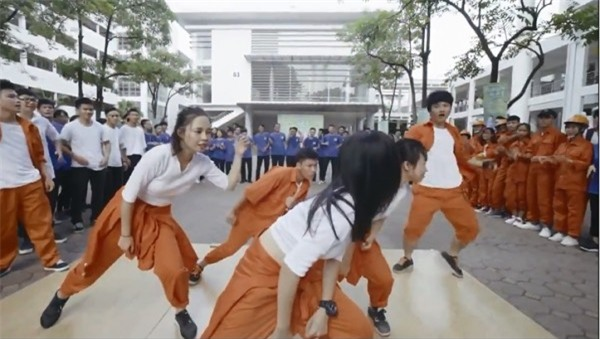 Nhảy flashmob là phải 'chất' như sinh viên Đại học Xây dựng trong clip này - Ảnh 4.