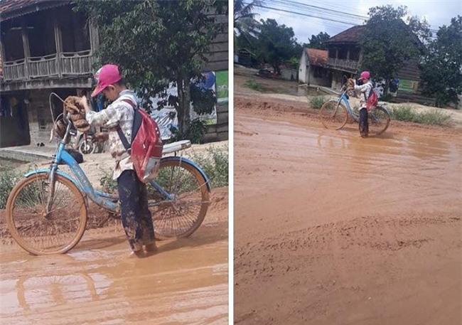 Xót xa cảnh học sinh đầu tóc lấm lem, lội bùn đến trường ở Đắk Lắk - Ảnh 2.