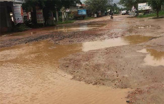 Xót xa cảnh học sinh đầu tóc lấm lem, lội bùn đến trường ở Đắk Lắk - Ảnh 3.