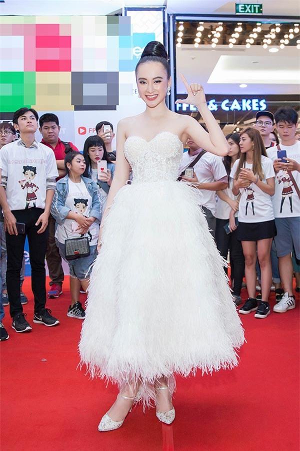 """10 bo canh """"gay bao"""" tham do cua angela phuong trinh nam 2017 hinh anh 6"""