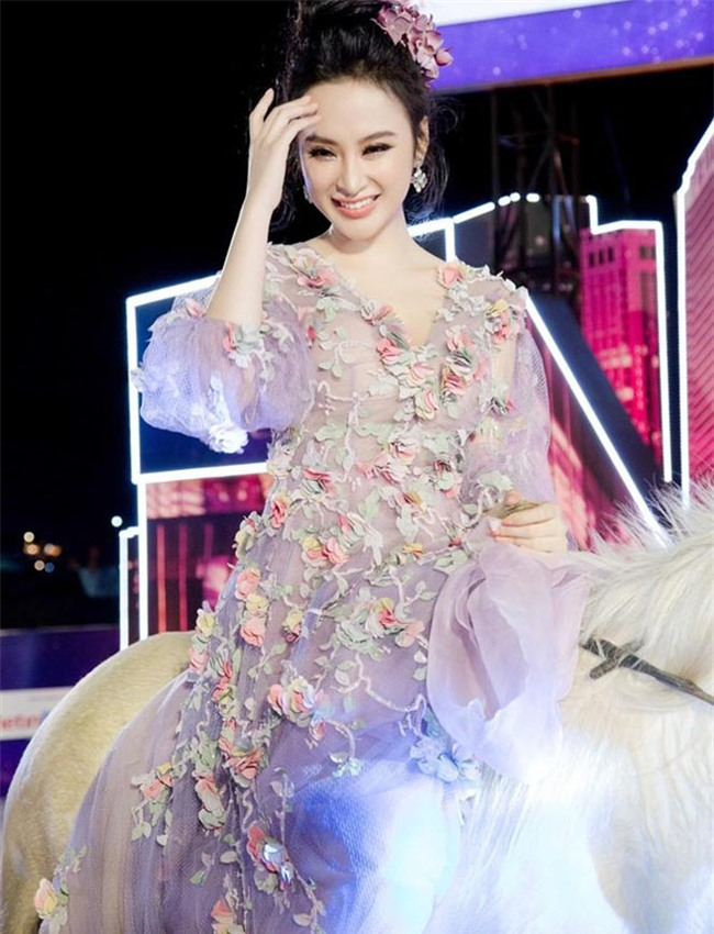"""10 bo canh """"gay bao"""" tham do cua angela phuong trinh nam 2017 hinh anh 7"""