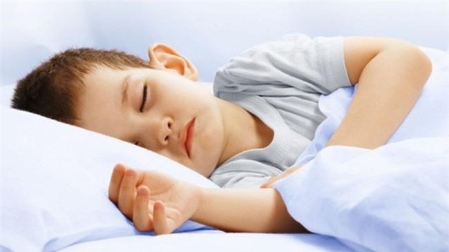 Bé gái 17 tháng tuổi mất mạng vì sự bất cẩn của bố mẹ khi để con ngủ trong phòng riêng - Ảnh 3.