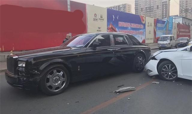 Bị đâm vỡ đầu xe, chủ Rolls-Royce nói với tài xế Hyundai: Bán nhà đi - Ảnh 1.