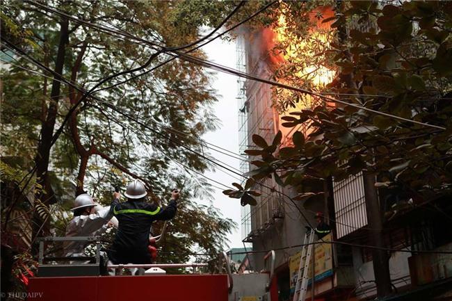 Hà Nội: Cháy lớn trên phố Lạc Nghiệp, khói đen cuộn kín bầu trời - Ảnh 12.