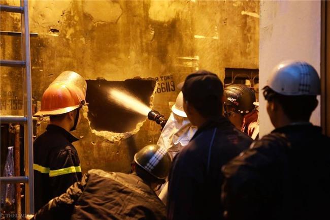 Hà Nội: Cháy lớn trên phố Lạc Nghiệp, khói đen cuộn kín bầu trời - Ảnh 13.