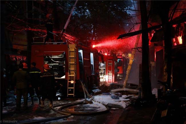 Hà Nội: Cháy lớn trên phố Lạc Nghiệp, khói đen cuộn kín bầu trời - Ảnh 14.