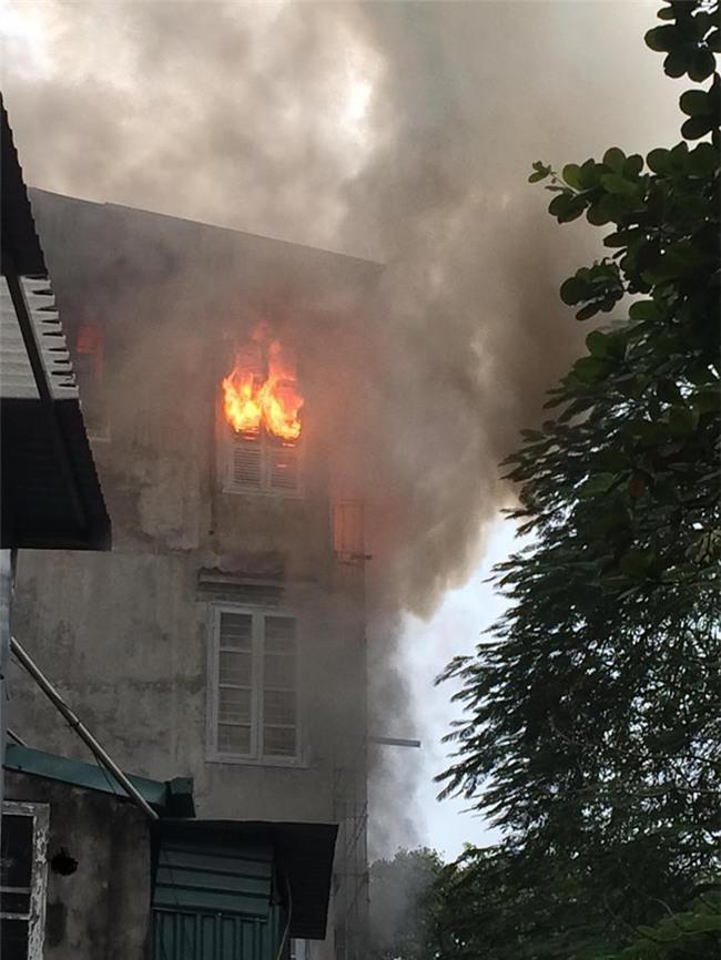 Hà Nội: Cháy lớn trên phố Lạc Nghiệp, khói đen cuộn kín bầu trời - Ảnh 3.