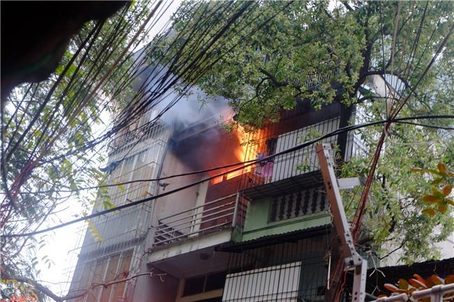 Hà Nội: Cháy lớn trên phố Lạc Nghiệp, khói đen cuộn kín bầu trời - Ảnh 4.