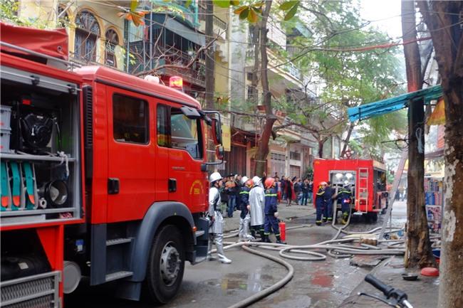 Hà Nội: Cháy lớn trên phố Lạc Nghiệp, khói đen cuộn kín bầu trời - Ảnh 5.