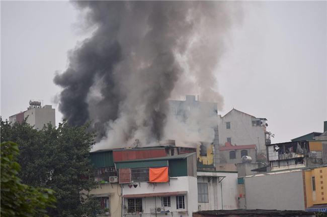 Hà Nội: Cháy lớn trên phố Lạc Nghiệp, khói đen cuộn kín bầu trời - Ảnh 6.