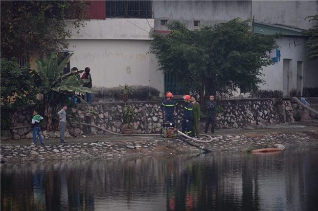Hà Nội: Cháy lớn trên phố Lạc Nghiệp, khói đen cuộn kín bầu trời - Ảnh 7.