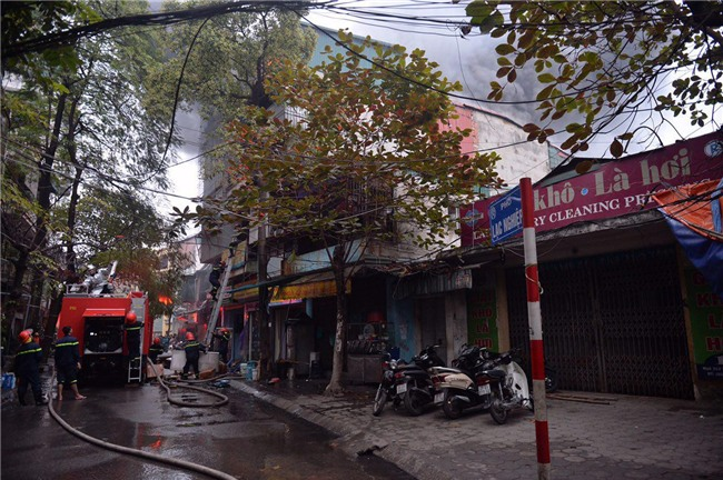Hà Nội: Cháy lớn trên phố Lạc Nghiệp, khói đen cuộn kín bầu trời - Ảnh 8.