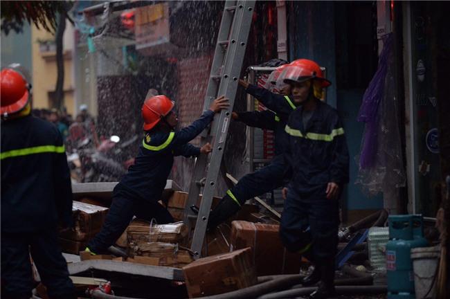 Hà Nội: Cháy lớn trên phố Lạc Nghiệp, khói đen cuộn kín bầu trời - Ảnh 9.