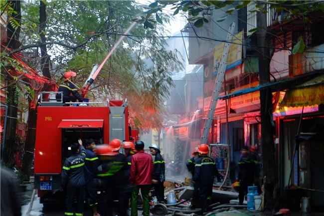 Hà Nội: Cháy lớn trên phố Lạc Nghiệp, khói đen cuộn kín bầu trời - Ảnh 10.