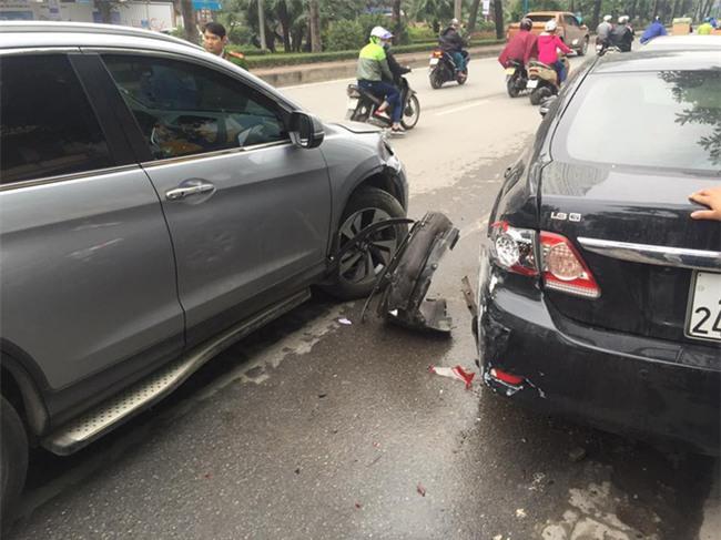 Anh tài xế đứng loạng choạng rút thẻ ra doạ công an sau khi gây tai nạn rồi lên xe cố thủ