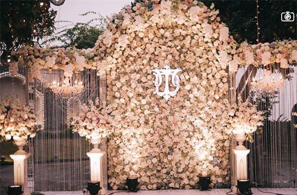 Đám cưới sang chảnh với 10.000 bông hoa tươi và váy đính 5.000 kim sa của cô dâu 9X xinh đẹp - Ảnh 2.
