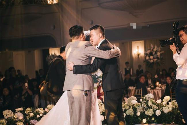 Đám cưới sang chảnh với 10.000 bông hoa tươi và váy đính 5.000 kim sa của cô dâu 9X xinh đẹp - Ảnh 11.