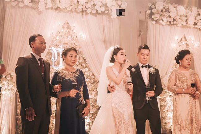 Đám cưới sang chảnh với 10.000 bông hoa tươi và váy đính 5.000 kim sa của cô dâu 9X xinh đẹp - Ảnh 12.