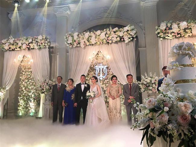 Đám cưới sang chảnh với 10.000 bông hoa tươi và váy đính 5.000 kim sa của cô dâu 9X xinh đẹp - Ảnh 13.