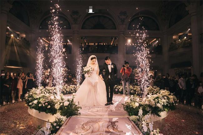 Đám cưới sang chảnh với 10.000 bông hoa tươi và váy đính 5.000 kim sa của cô dâu 9X xinh đẹp - Ảnh 15.