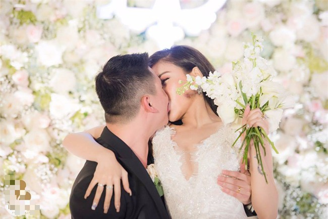 Đám cưới sang chảnh với 10.000 bông hoa tươi và váy đính 5.000 kim sa của cô dâu 9X xinh đẹp - Ảnh 16.
