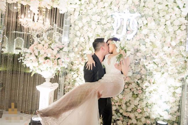 Đám cưới sang chảnh với 10.000 bông hoa tươi và váy đính 5.000 kim sa của cô dâu 9X xinh đẹp - Ảnh 17.