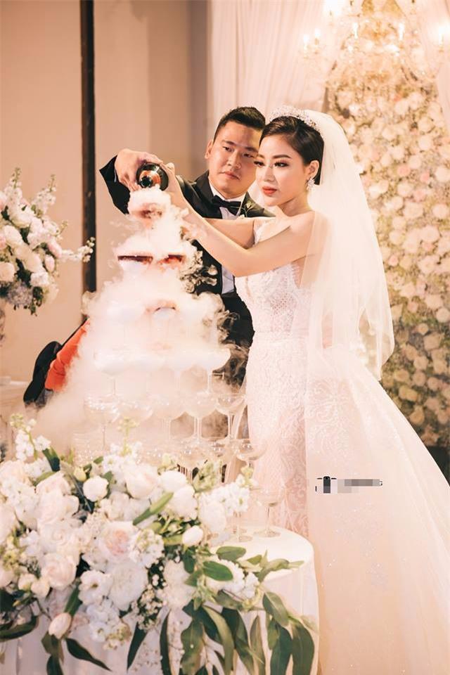 Đám cưới sang chảnh với 10.000 bông hoa tươi và váy đính 5.000 kim sa của cô dâu 9X xinh đẹp - Ảnh 18.