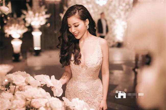 Đám cưới sang chảnh với 10.000 bông hoa tươi và váy đính 5.000 kim sa của cô dâu 9X xinh đẹp - Ảnh 19.