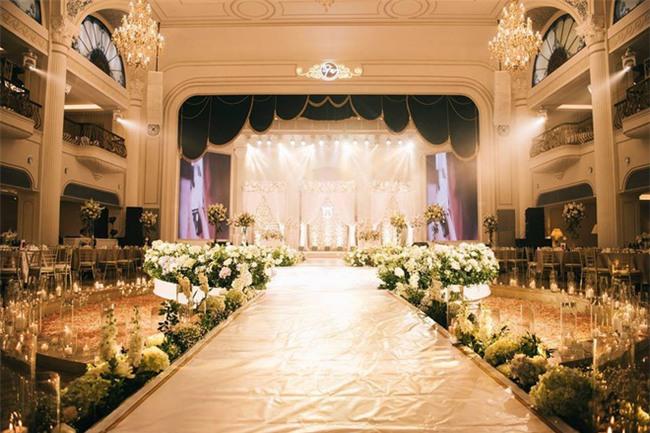 Đám cưới sang chảnh với 10.000 bông hoa tươi và váy đính 5.000 kim sa của cô dâu 9X xinh đẹp - Ảnh 20.
