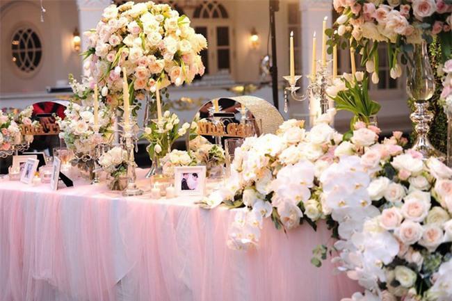 Đám cưới sang chảnh với 10.000 bông hoa tươi và váy đính 5.000 kim sa của cô dâu 9X xinh đẹp - Ảnh 3.