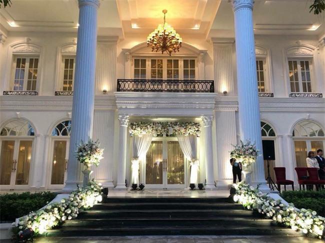 Đám cưới sang chảnh với 10.000 bông hoa tươi và váy đính 5.000 kim sa của cô dâu 9X xinh đẹp - Ảnh 21.