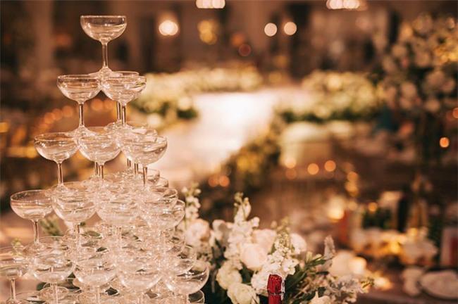 Đám cưới sang chảnh với 10.000 bông hoa tươi và váy đính 5.000 kim sa của cô dâu 9X xinh đẹp - Ảnh 22.