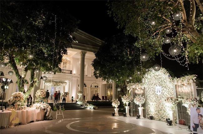 Đám cưới sang chảnh với 10.000 bông hoa tươi và váy đính 5.000 kim sa của cô dâu 9X xinh đẹp - Ảnh 4.