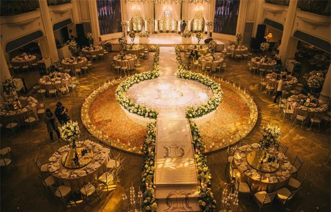 Đám cưới sang chảnh với 10.000 bông hoa tươi và váy đính 5.000 kim sa của cô dâu 9X xinh đẹp - Ảnh 5.