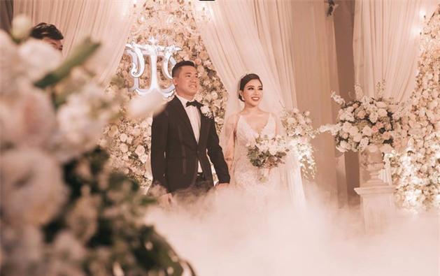 Đám cưới sang chảnh với 10.000 bông hoa tươi và váy đính 5.000 kim sa của cô dâu 9X xinh đẹp - Ảnh 7.