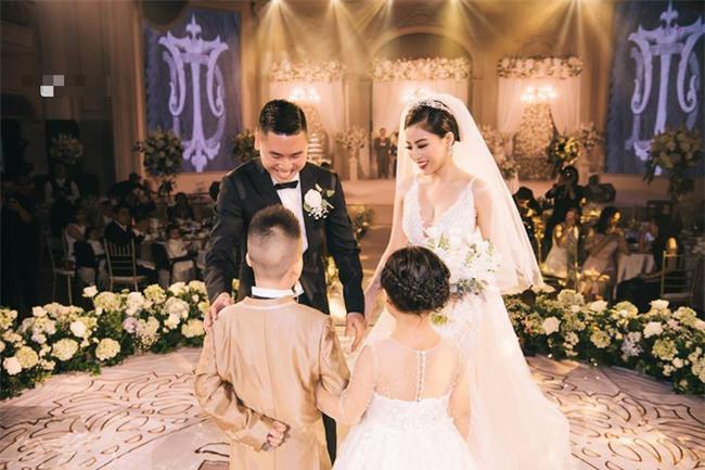 Đám cưới sang chảnh với 10.000 bông hoa tươi và váy đính 5.000 kim sa của cô dâu 9X xinh đẹp - Ảnh 8.