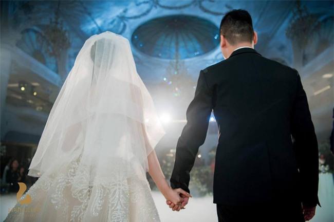Đám cưới sang chảnh với 10.000 bông hoa tươi và váy đính 5.000 kim sa của cô dâu 9X xinh đẹp - Ảnh 9.