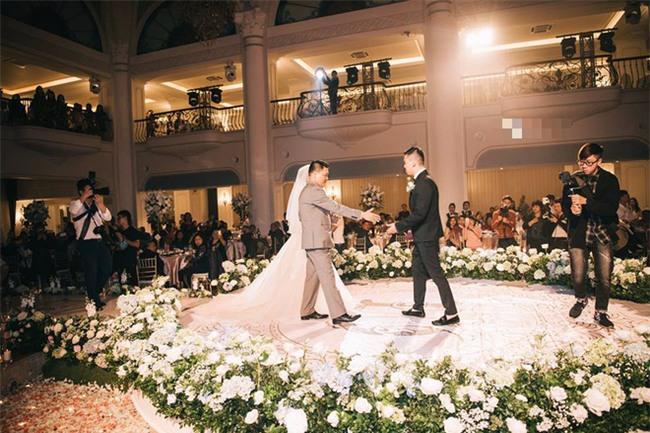 Đám cưới sang chảnh với 10.000 bông hoa tươi và váy đính 5.000 kim sa của cô dâu 9X xinh đẹp - Ảnh 10.