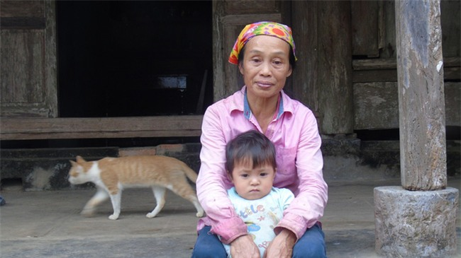 Cha mẹ bỏ rơi từ thuở lọt lòng, hai đứa trẻ ngày ngày đi nhặt phế liệu kiếm sống, gặp ai cũng cho bế và gọi mẹ - Ảnh 3.