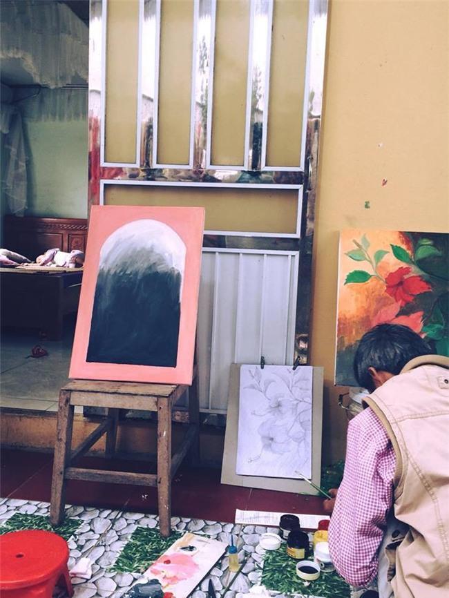 Hoàng Thùy khoe khả năng hội họa, trổ tài vẽ hoa dâm bụt cực ấn tượng - Ảnh 1.